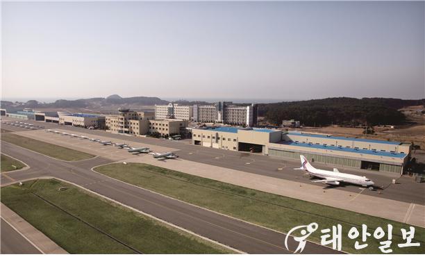 태안캠퍼스 활주로, 우측은 B-737 교육용 여객기.jpg