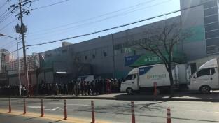 [포토뉴스] 마스크 판매에 길게 늘어선 줄